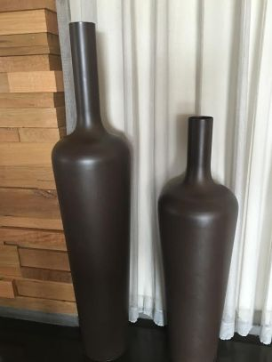 cramim vases near breakfast room